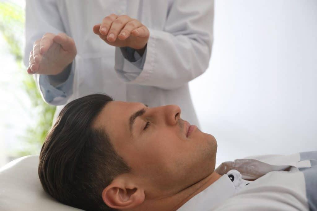 magnétiseur ; soin ; bien-être , médecine douce